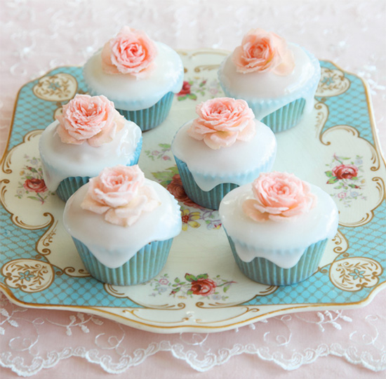 easy cupcake decoration with poured fondant from the cupcake daily blog