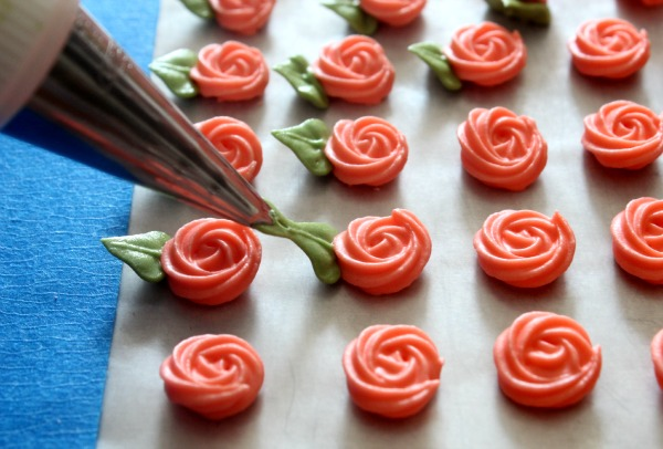 piped roses tutorial from Sweet Sugarbelle for valentines cake