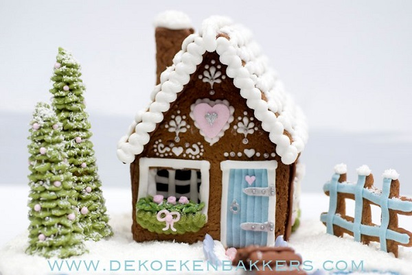 gingerbread house Christmas scene by De Koeken Bakkers