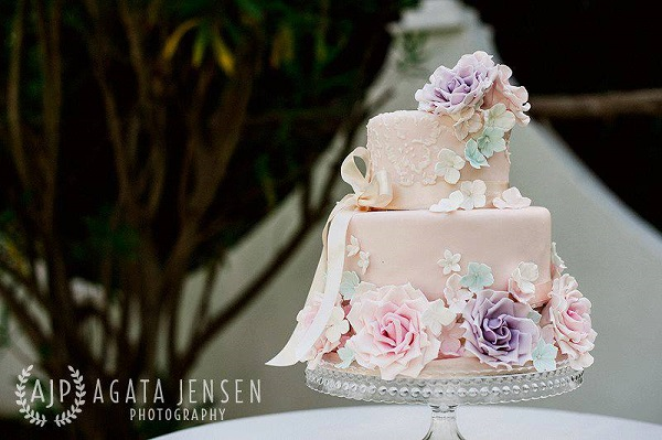English garden wedding cake by Sweet Things by Fi, Agata Jensen Photography