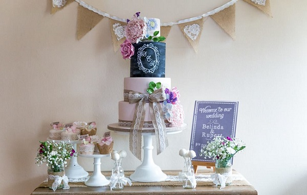 chalkboard wedding cake by Pearls & Lace Cakes (image by William Steele)