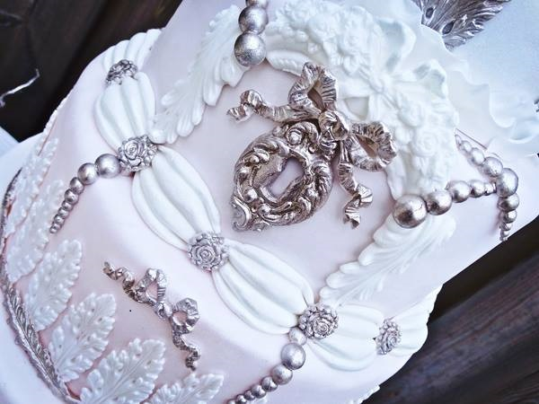 winter wedding cake by Rianne Gangadin of Zoet & Zoet plus tutorial on Satin Ice cake of the month December