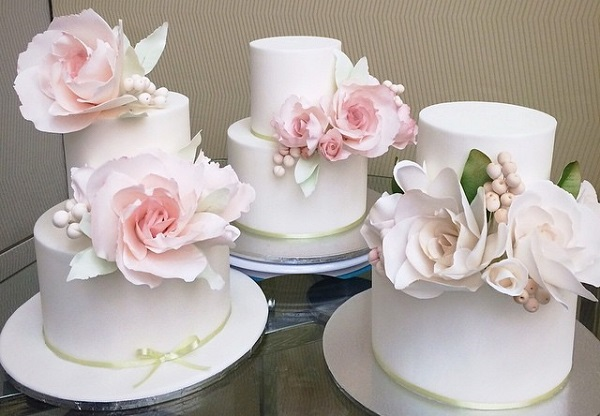 roses and berries wedding cakes in pastels by Yummy Cupcakes