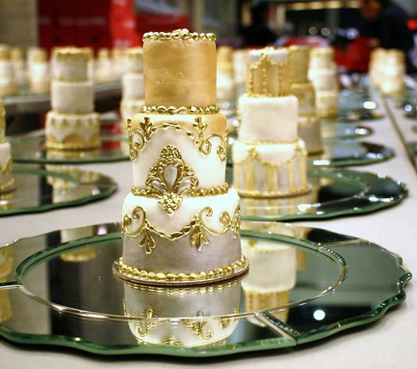 Mini wedding cakes for guests antique style by Bobette and Belle