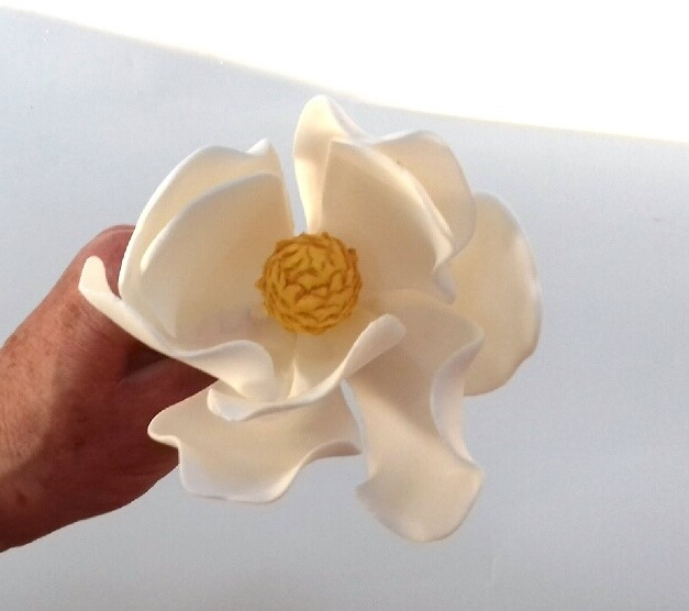 gumpaste magnolia tutorial on cake-geek.com - quick and easy sugar flower tutorials