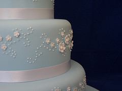 lace piping with piped pearls and sugar blossoms, image via Juxtapost
