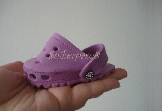 gumpaste baby crocs by Suikerparels