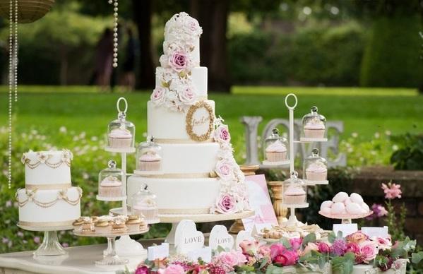 vintage framed-wedding-cake-design-by-Anna-Tyler-Cakes