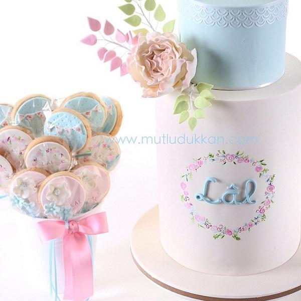 floral framed monogram cake by Mutlu Dukkan
