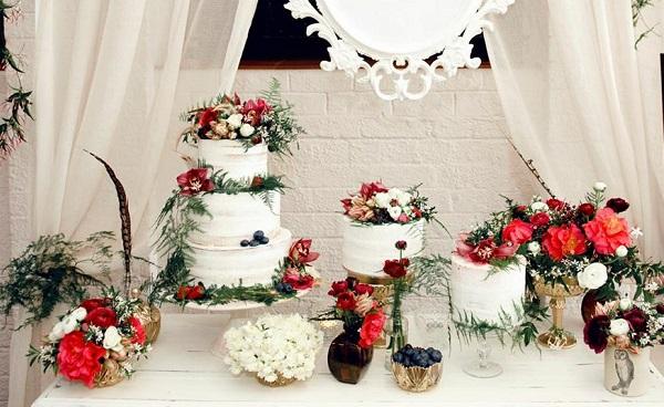 winter woodland wedding cake christmas wedding dispkay by De La Rosa Cupcakes
