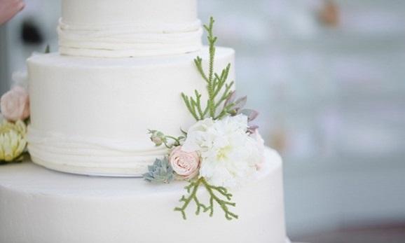 coastal wedding cake for beach wedding image by Joielala Photographie via Style Me Pretty