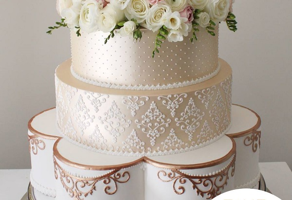 hand piped lace by Faye Cahill Cake Design