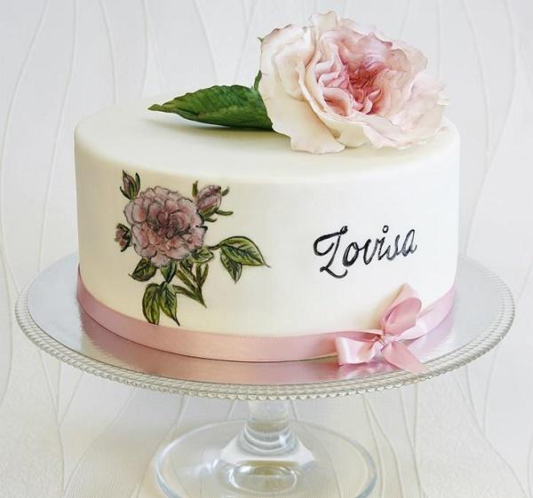 Custom lettering on handpainted birthday cake by Sannas Tartor