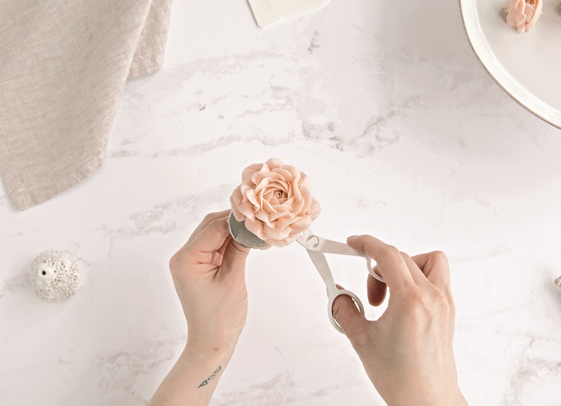 Buttercream Flower Tutorial The Garden Rose on Cake-Geek.com (13)