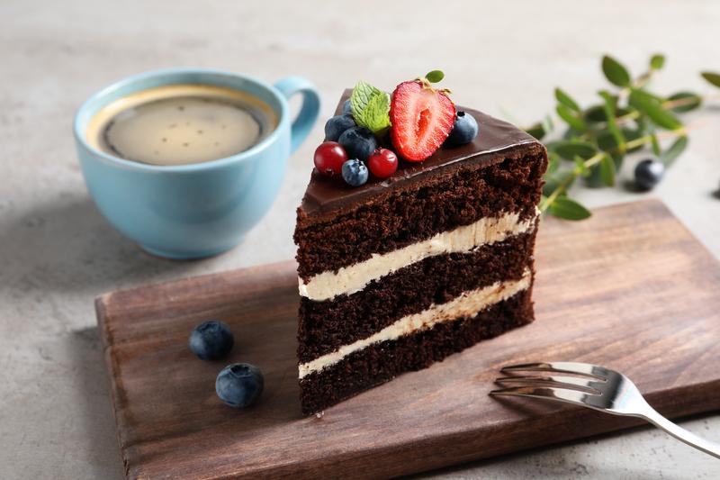 Devil's food cake chocolate wedding cake recipe on Cake-Geek.com, image by Chernetskaya
